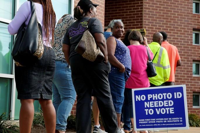 Nhiều cử tri phàn nàn vì phải xếp hàng dài chờ bỏ phiếu. Ảnh: Reuters