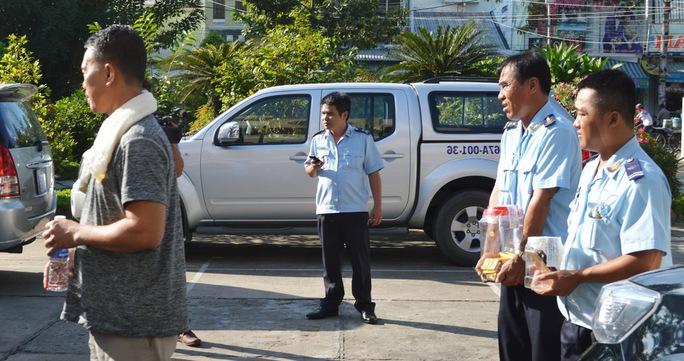 Linh (mặc áo thun) lúc vừa được mời về trụ sở Chi cục Hải quan Cửa khẩu Quốc tế Tịnh Biên làm việc.
