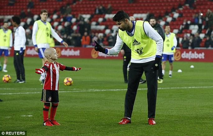 Diego Costa hướng dẫn Lowery cách đánh bại thủ môn Begovic
