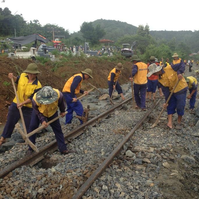Ngành đường sắt đang khắc phục sự cố sạt lở trước đó phía nam đèo Rù Rì (Khánh Hòa)