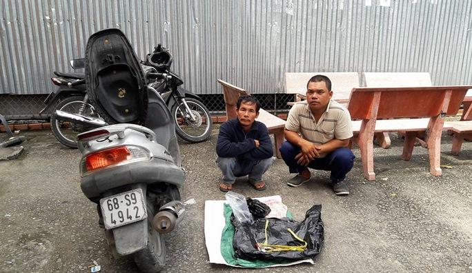 Lộc (bìa phải) trong lần bị Công an huyện Kiên Lương bắt giữ và xử phạt hành chính về hành vi trộm chó vào ngày 3-11.