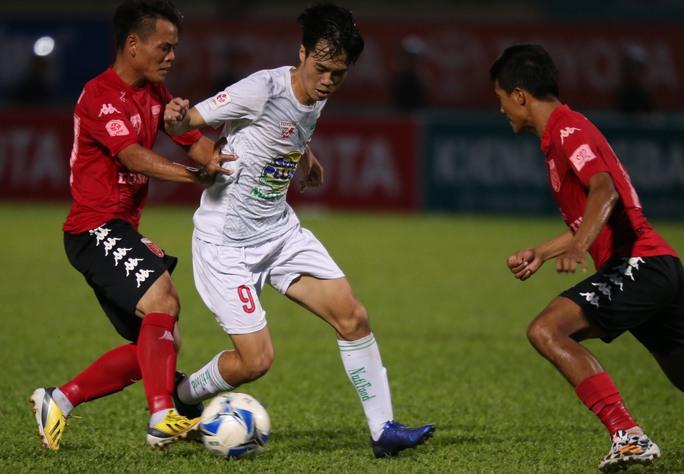 Văn Toàn (giữa) trong trận HAGL thắng Long An ở V-League 2016 Ảnh: Quang Liêm