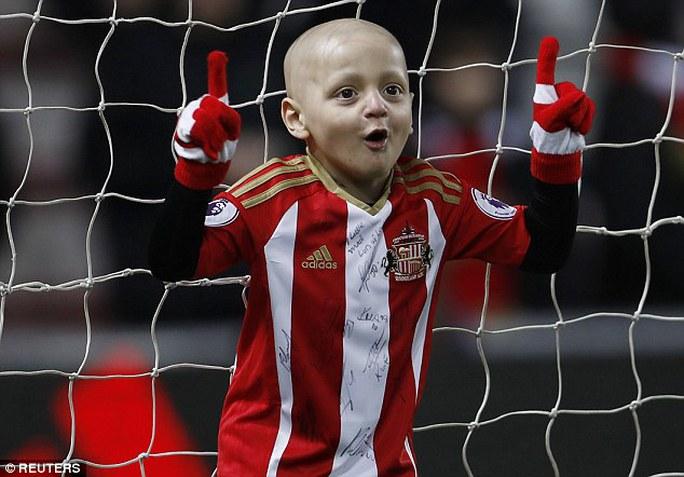 Cậu bé 5 tuổi Bradley Lowery đang phải chống chọi với căn bệnh ung thư nhưng vẫn rất lạc quan