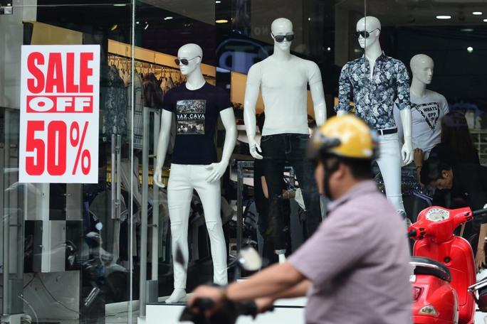 Các cửa hàng thời trang trên đường Nguyễn Trãi cũng cùng chung cảnh ngộ