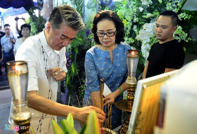 Ca sĩ Đàm Vĩnh Hưng nghẹn ngào trước linh cữu ca sĩ Minh Thuận