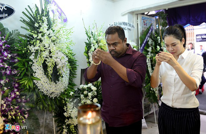 Vợ chồng ca sĩ Thu Phương đến viếng linh cữu ca sĩ Minh Thuận.