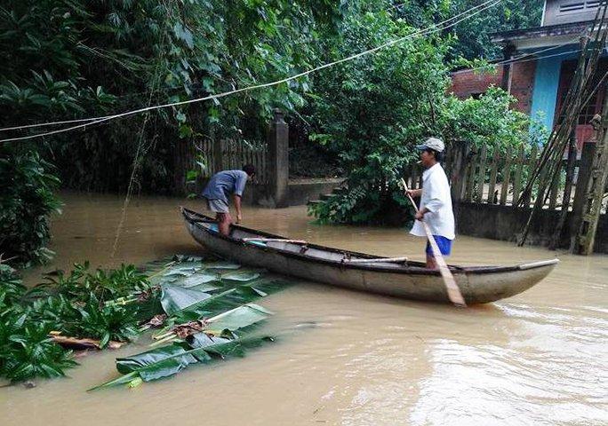 Nhiều khu dân cư bị nước lũ nhấn chìm. Ảnh: Tử Trực
