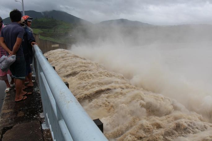 Thủy điện Sông Ba Hạ đang xả lũ với lưu lượng 4.500m3/giây