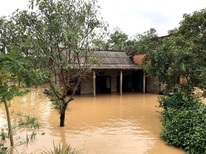 Nhiều nhà dân ở huyện Cam Lộ (Quảng Trị) vẫn còn bị ngập