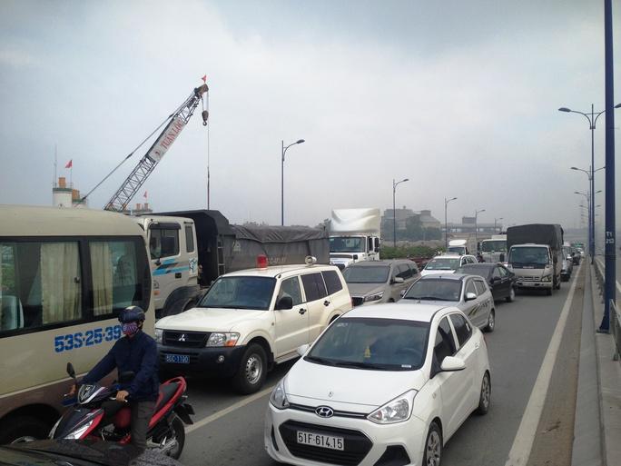 Cảnh ùn ứ giao thông do ảnh hưởng bởi vụ tai nạn
