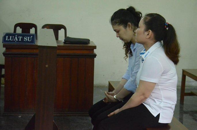 Hai bị cáo Thúy và Huyền tại tòa