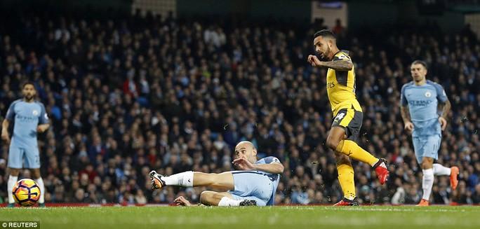 Walcott mở tỉ số sớm cho Arsenal