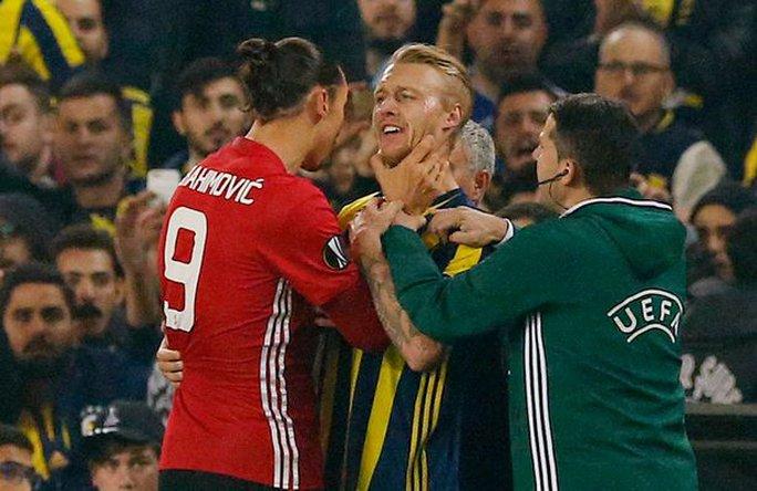 Bóp cổ đối thủ, Ibrahimovic đối mặt án phạt