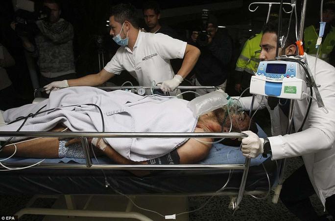 Hậu vệ Alan Ruschel, một trong 6 người sống sót, bị nhiều chấn thương ở đầu Ảnh: EPA