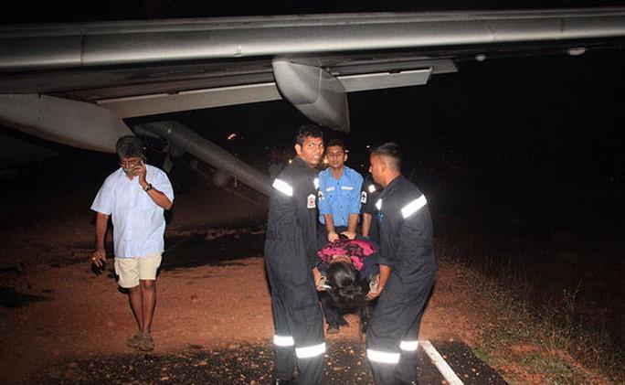 Hành khách bị thương được đưa khỏi máy bay. Ảnh: NDTV
