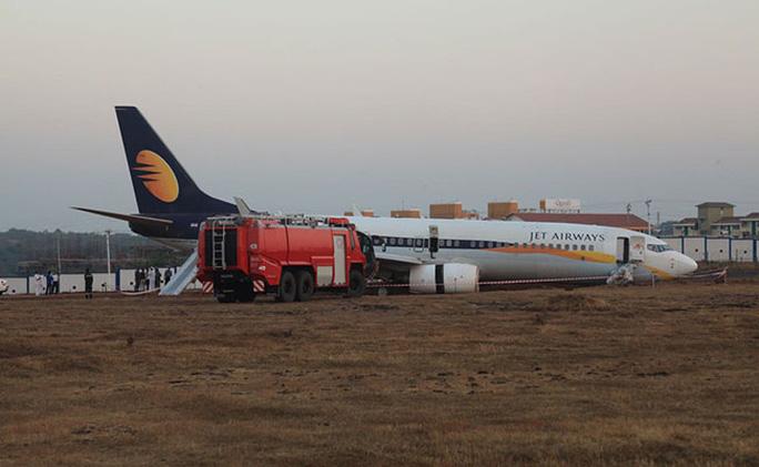 Máy bay trượt khỏi đường băng... Ảnh: NDTV