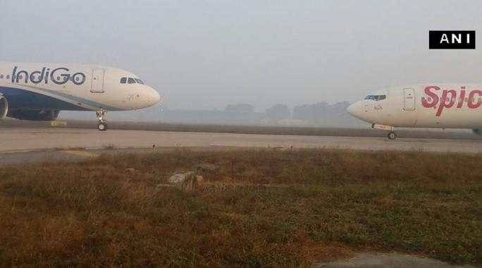 Hai máy bay đối đầu trên đường băng. Ảnh: Twitter