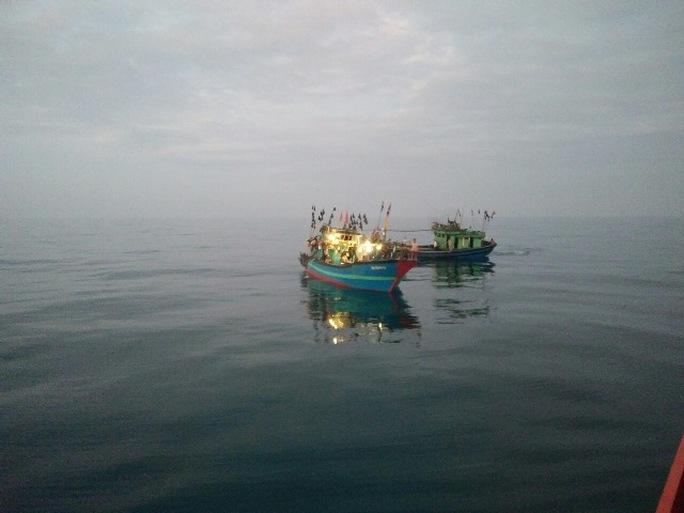 Tàu cá NA 90144 TS (sáng đèn) với 15 thuyền viên gặp nạn trên biển