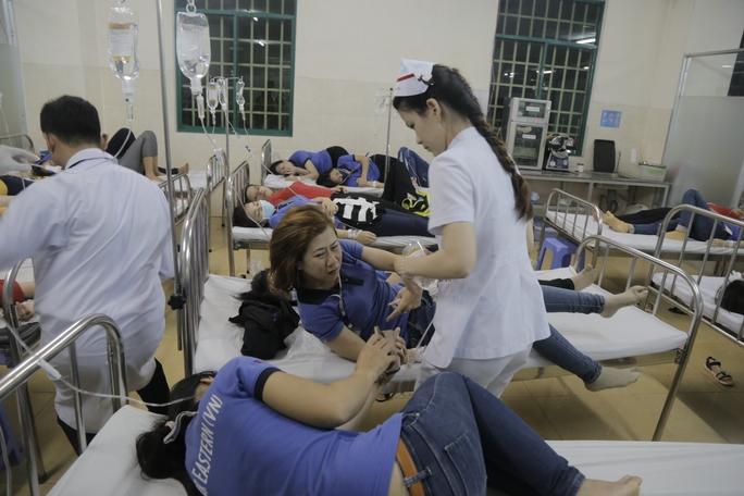 Nhiều nữ công nhân tỏ ra đau đớn