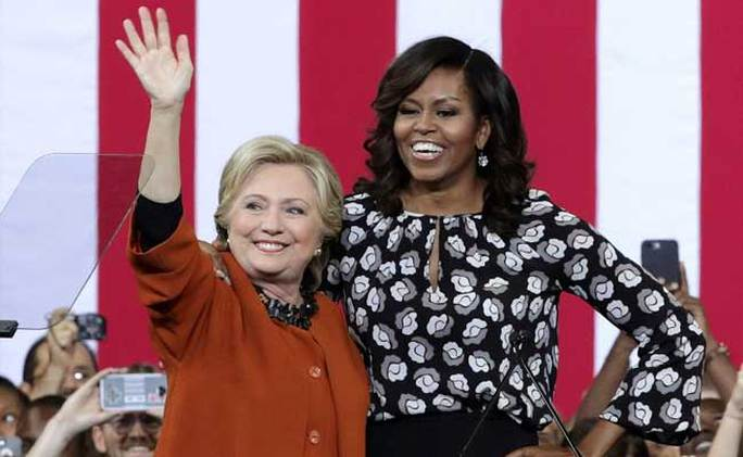 Nếu giành thắng lợi, bà Clinton (trái) sẽ trở thành nữ tổng thống Mỹ đầu tiên. Ảnh: NDTV