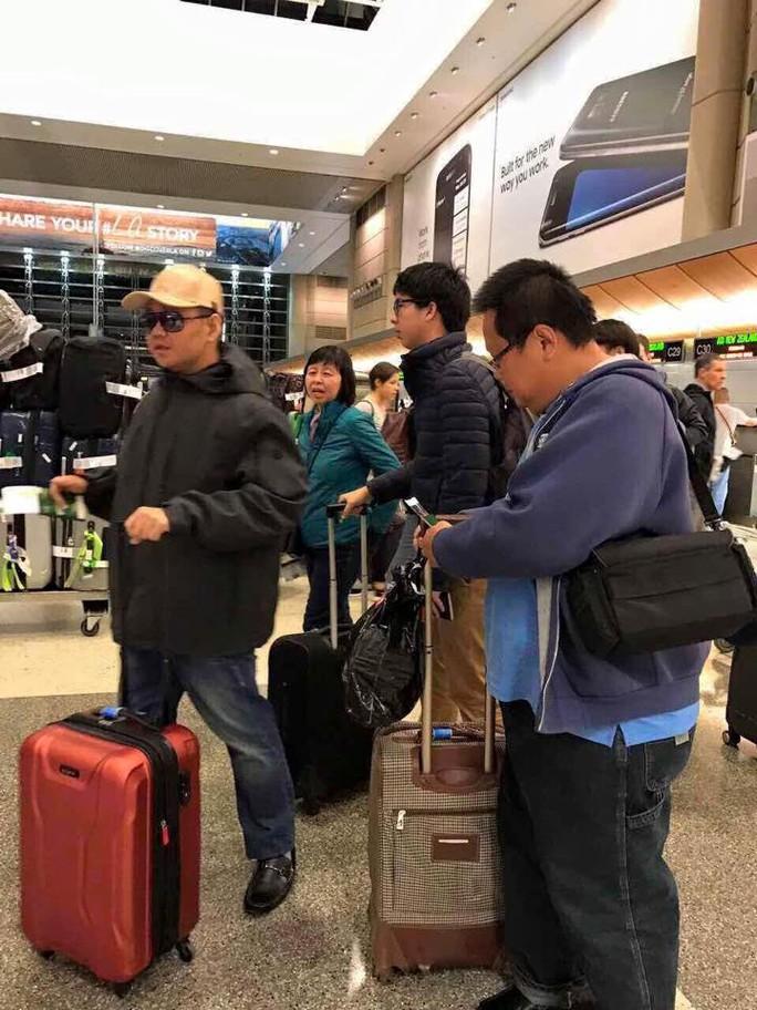 Minh Béo với chiếc vali màu đỏ trên đường về Việt Nam sau khi có lệnh trục xuất khỏi Mỹ
