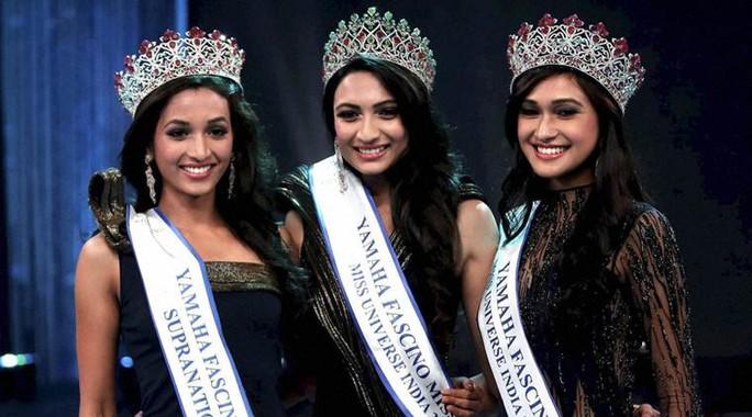 Roshmitha Harimurthy (giữa) hạnh phúc khi đăng quang