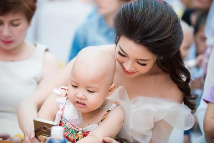 Quá lộng lẫy, hình ảnh xinh đẹp của hoa hậu Mỹ Linh trở thành phản cảm trong một sự kiện từ thiện