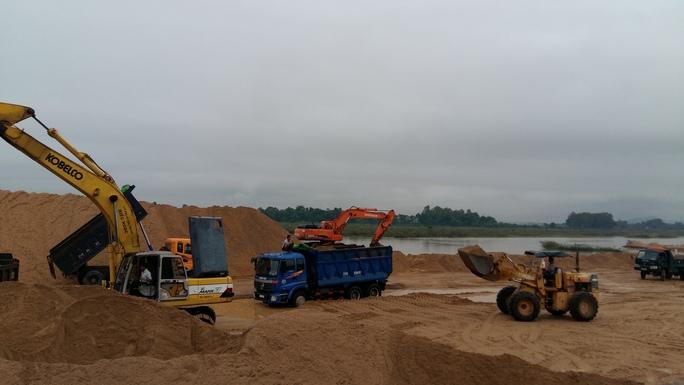Một chủ mỏ cát ở huyện Tây Sơn phải dùng cát dự trữ bán do nước sông dâng cao, không khai thác được