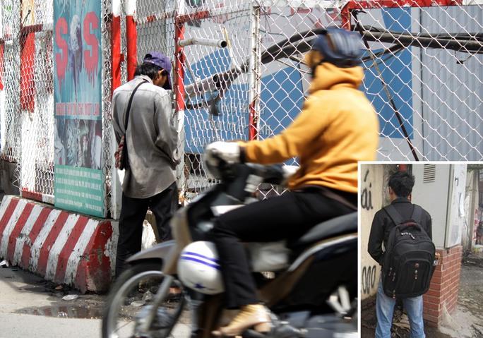 """Một người thản nhiên tiểu bậy bên hàng rào tại khu vực trạm xe buýt Bến Thành, quận 1, TP HCM (ảnh lớn) và thanh niên """"giải quyết nỗi buồn"""" bên vỉa hè TP Hà Nội Ảnh: Quốc Chiến - Nguyễn Thị Loan"""