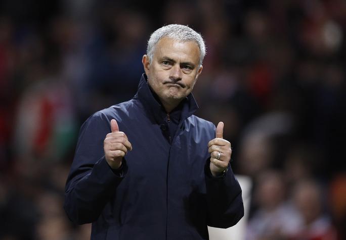 HLV Mourinho càng cảm thấy khó xử hơn khi 2 trận liên tiếp để Wayne Rooney trên ghế dự bị