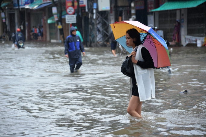 Do mưa lớn kéo dài khiến nhiều nơi ở trung tâm TP Quảng Ngãi bị ngập sâu trong nước. Ảnh: Tử Trực