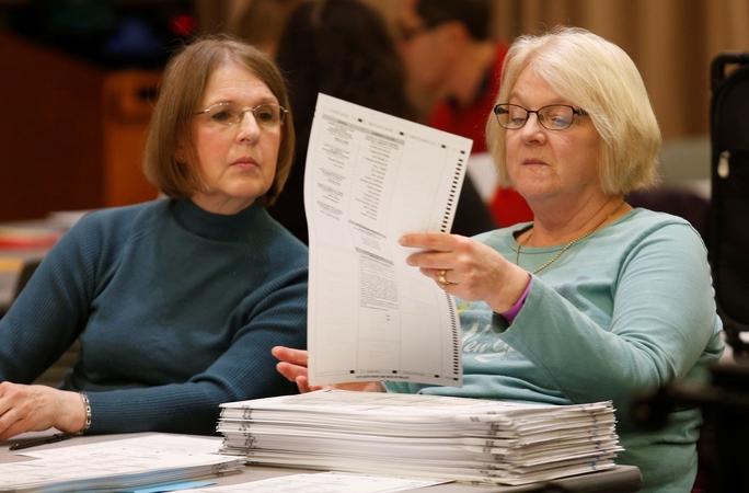 Các nhân viên bầu cử tại hạt Oakland thuộc bang Michigan - Mỹ kiểm lại phiếu bầu ngày 5-12Ảnh: REUTERS