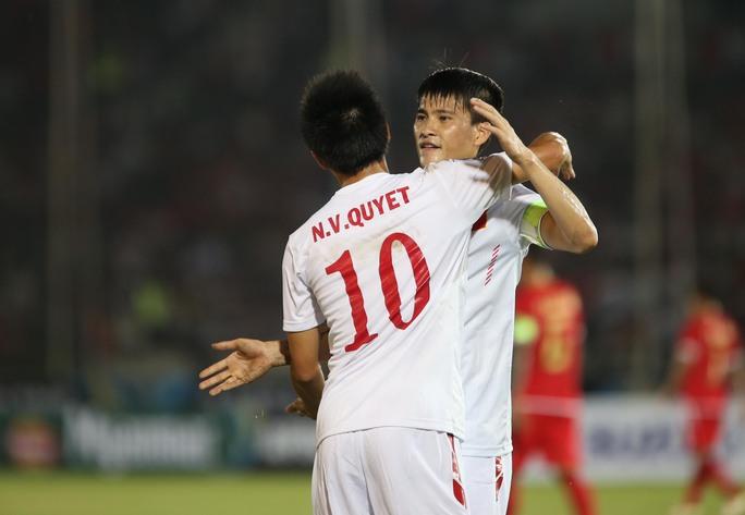 Công Vinh chúc mừng Văn Quyết sau bàn mở tỉ số của đội tuyển Việt NamẢnh: Ngọc Linh