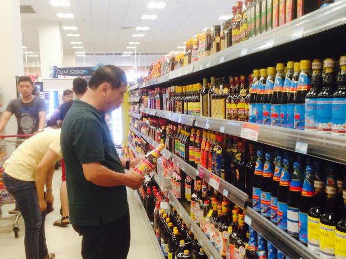 Người dân mua nước mắm truyền thống ở siêu thị