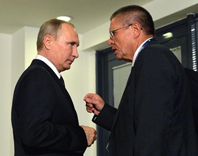 Ông Alexei Ulyukayev (phải) trong một lần trao đổi với Tổng thống Vladimir Putin. Ảnh: ZNAK