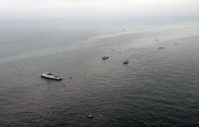 Tàu Nga tham gia chiến dịch tìm kiếm, cứu nạn sau khi chiếc máy bay Tu-145 rơi xuống biển Đen hôm 25-12 Ảnh: EPA