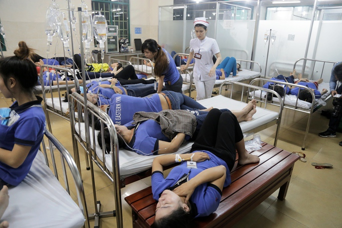Quá đông người đượ cấp cứu nên phải nằm giường đôi
