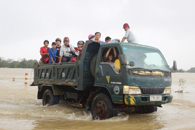 Người dân Bình Định phải tăng bo bằng xe tải để qua những đoạn ngập nước