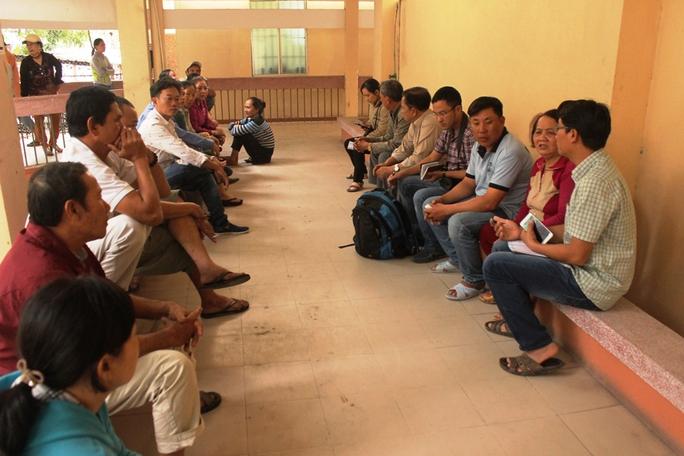 Người nhà sản phụ Nguyệt tập trung ở nhà tang lễ Bệnh viện Đa khoa tỉnh Khánh Hòa