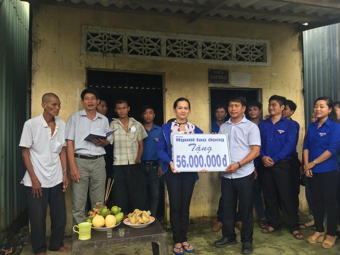 Đại diện Công ty TNHH một thành viên Xổ số kiến thiết Sóc Trăng (phải) trao tượng trưng số tiền cho đại diện Tỉnh đoàn Bạc Liêu quản lý để xây nhà cho anh Đáng