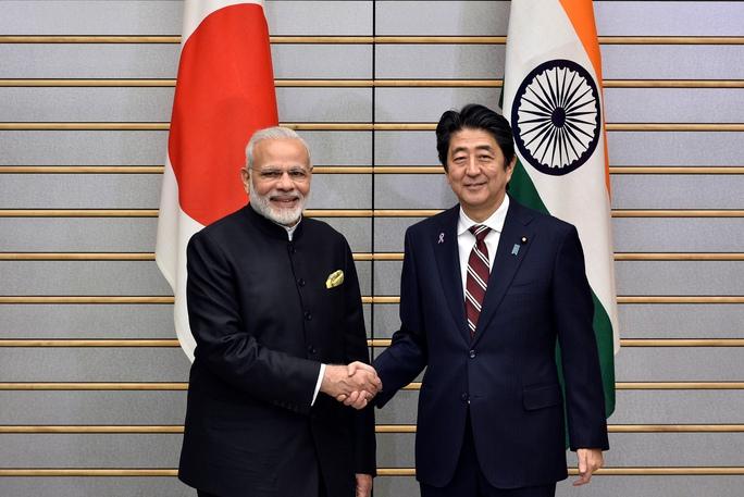 Thủ tướng Ấn Độ Narendra Modi (trái) và Thủ tướng Nhật Bản Shinzo Abe trong cuộc gặp tại Tokyo hôm 11-11 Ảnh: REUTERS