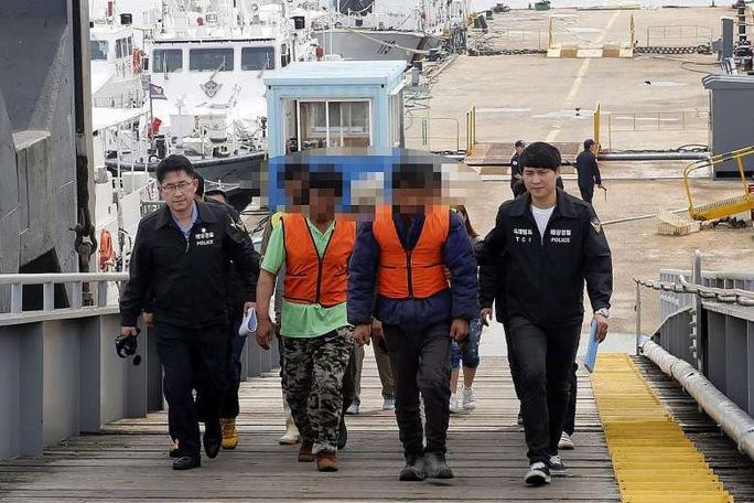 Ngư dân Trung Quốc bị bắt vì cáo buộc đánh bắt trái phép ngoài khơi TP Incheon – Hàn Quốc gần đây Ảnh: EPA