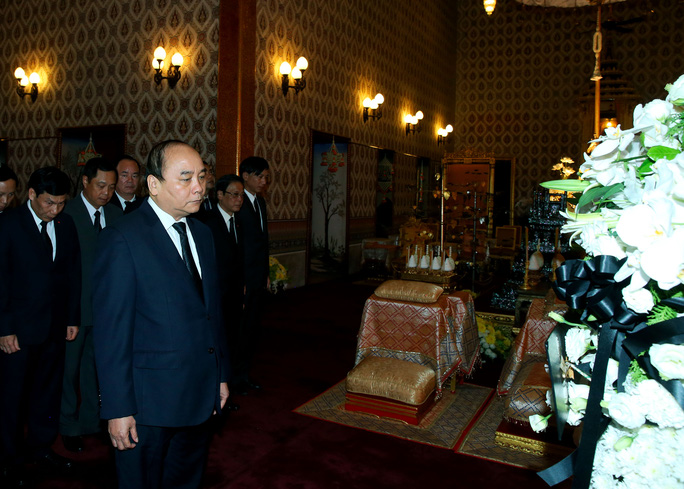 Thủ tướng Nguyễn Xuân Phúc đến viếng Nhà vua Thái Lan Bhumibol Adulyadej- Ảnh: Ngọc Nhất