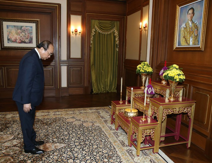 Thủ tướng Nguyễn Xuân Phúc tỏ lòng thành kính tới Nhà vua vừa băng hà