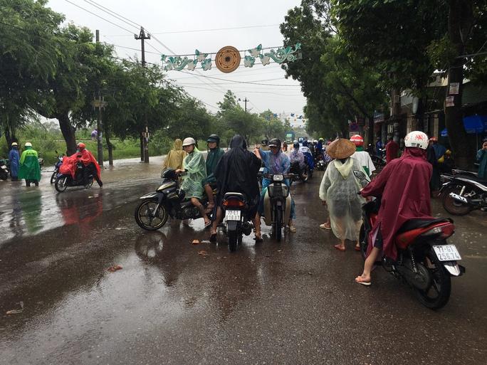 Nước ngập sâu trên đường Hùng Vương, TP Quy Nhơn khiến giao thông bị chia cắt