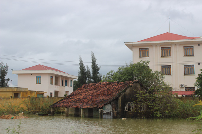 Nhiều căn nhà ở Bình Định ngập gần đến nóc
