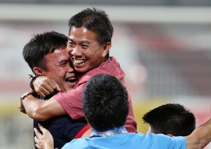 HLV Hoàng Anh Tuấn tạm chia tay HLV thủ môn Trần Minh Quang