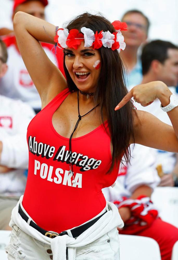 Hai fan nữ Ba Lan gây ấn tượng mạnh ở Euro