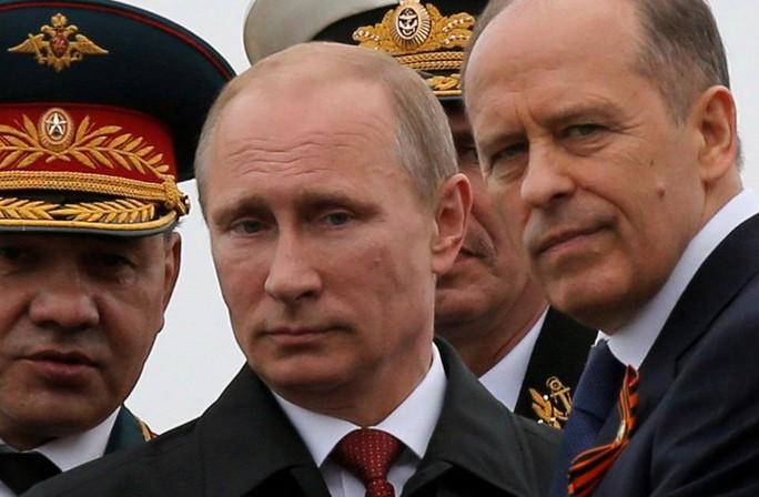 Tổng thống Nga Vladimir Putin (giữa) đã ra lệnh tăng cường an ninh. Ảnh: Reuters