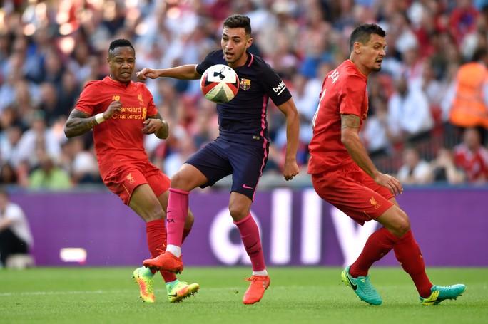 Nathaniel Clyne (trái) được Barcelona chú ý sau lần chạm trán với Liverpool đầu mùa